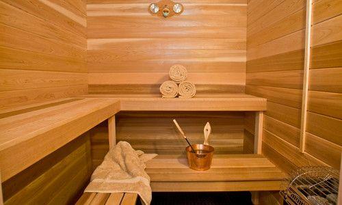 Как выполнить обшивку стен бани вагонкой?