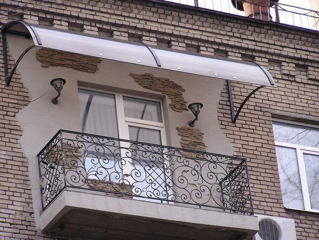 Как выполняется установка козырька над балконом?