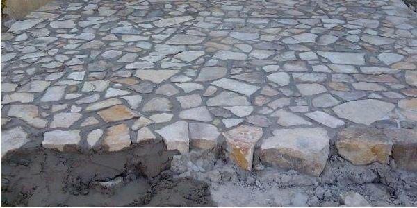 Укладка природного камня на тротуарную дорожку